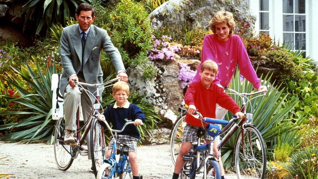 Prins Charles, prins Harry, prins William en prinses Diana op de Scilly-eilanden in 1989