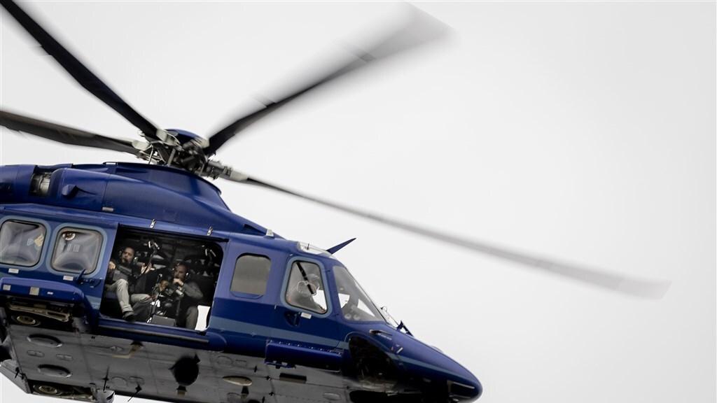 Een politiehelikopter met zwaarbewapende agenten boven de Bunker