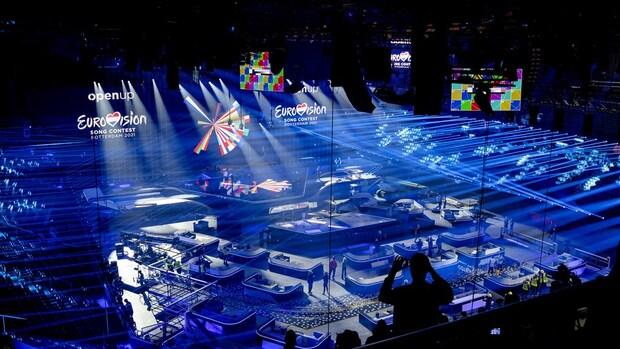 Streep door Eurovision Village met publiek
