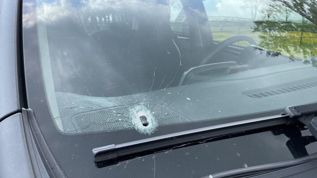 Een kogelgat in de auto van een buurtbewoner