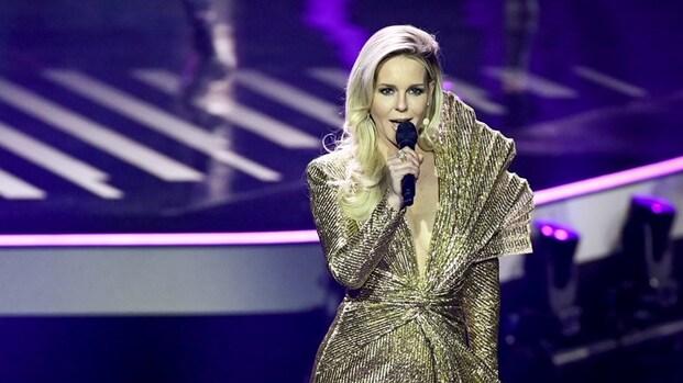 Zó zien de presentatoren eruit tijdens finale songfestival