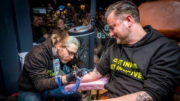 Tattoo-estafette Dennis Weening levert 43 tatoeages op