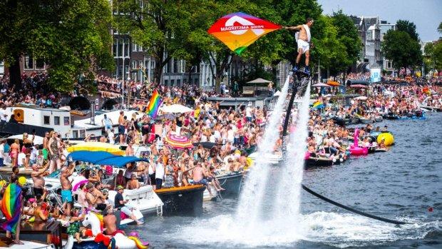 BN'ers vermaken zich bij Canal Parade