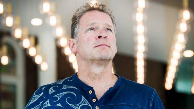 Erik van Muiswinkel kruipt in de rol van Sinterklaas