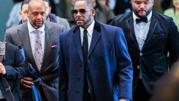 'R. Kelly betaalde 17-jarig meisje om naakt te dansen'