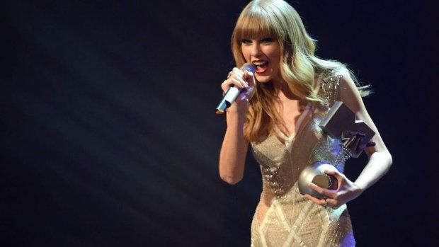 Taylor Swift treedt op tijdens VMA