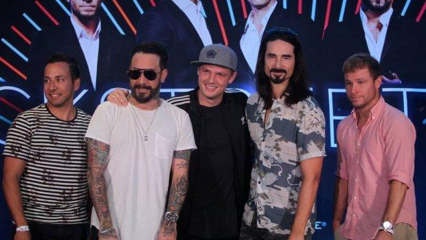 Backstreet Boys treden op als Spice Girls