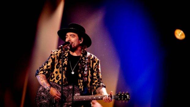 Waylon zingt sterren van de hemel tijdens songfestival