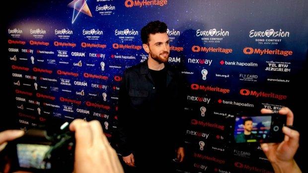 Duncan over oranje loper tijdens start Eurovisiesongfestival