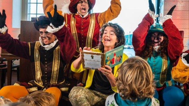 Dieuwertje Blok heeft Gouden Sinterklaasboek ontvangen