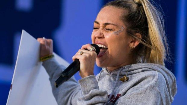 Miley Cyrus ontkent zwangerschapsgeruchten
