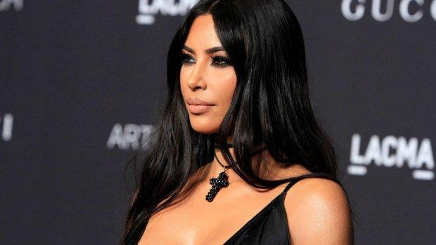 Kim Kardashian belt met gevangene