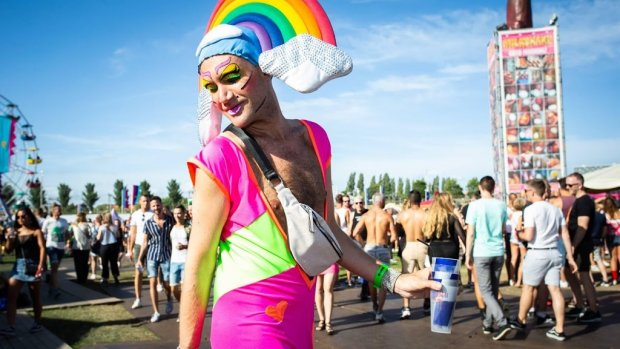 Erwin Olaf trouwt koppel op Milkshake Festival
