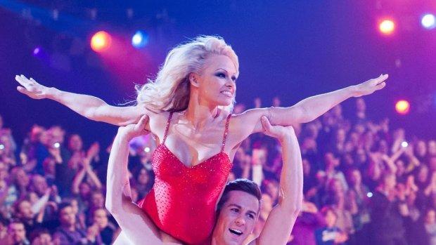 Pamela Anderson verrast dates met Baywatch-badpak