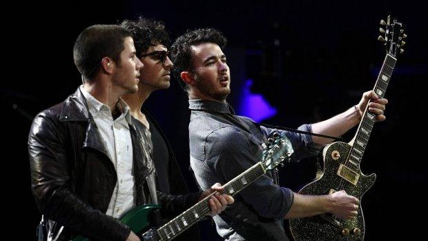 Na tien jaar nieuw album Jonas Brothers