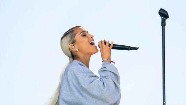 Ariana herdenkt slachtoffers aanslag Manchester