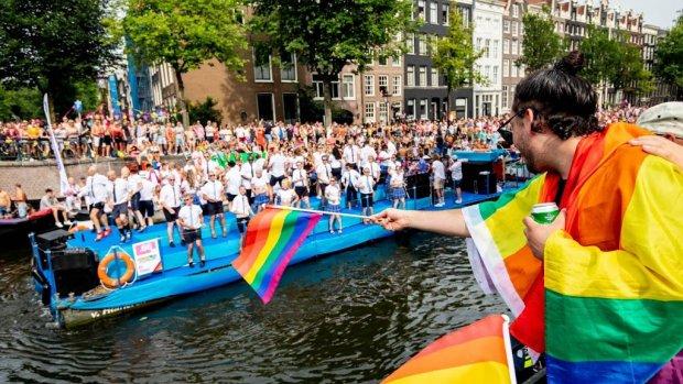 Voetbalboot vaart mee tijdens Canal Parade Amsterdam