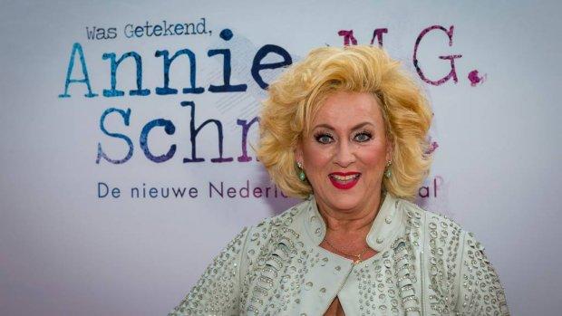 Karin Bloemen geeft spullen weg in show