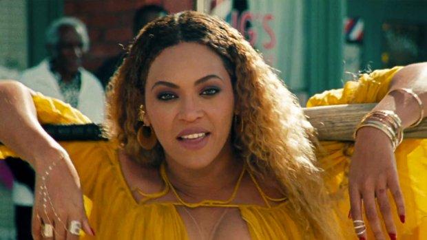 Fans hekelen acteur na intiem zoenen Beyoncé