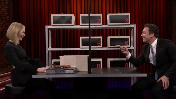 Jimmy Fallon port Emily Blunt voor potje Box of Lies