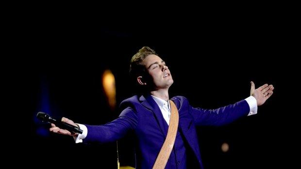 Douwe Bob geeft punten tijdens Songfestival