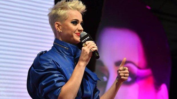 Katy Perry waant zich even echt Amsterdammer