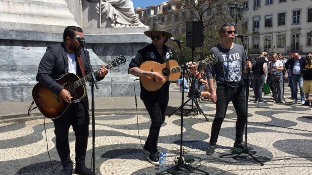 Waylon live op straat in Lissabon
