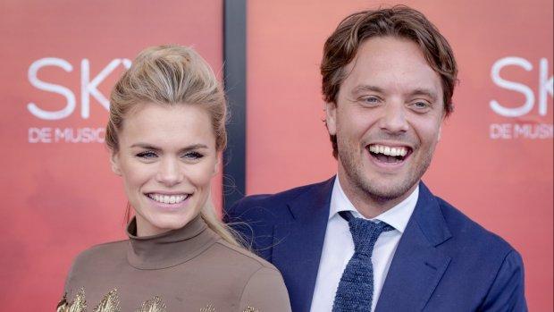 Bas Smit pakt lief Nicolette van Dam goed terug