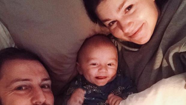 Baby Fender geeft Roxeanne en Erik een schattig cadeautje