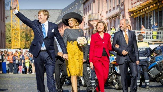 Lief! Willem-Alexander en Máxima hand in hand in Mainz