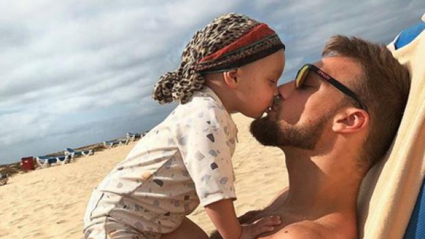 Kjeld Nuis laat überschattige tattoo van zoontje zetten