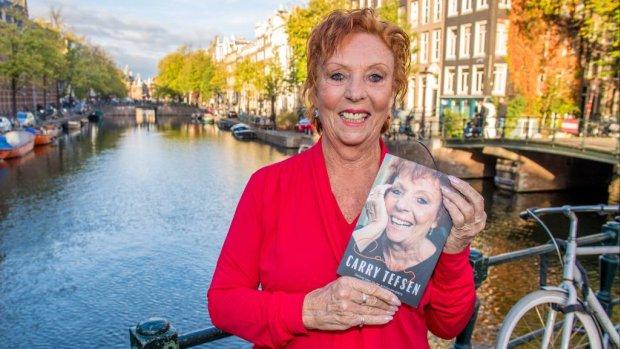 Carry Tefsen presenteert biografie over 60 jaar schijnwerpers