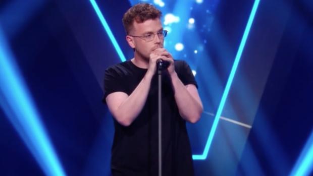 Ginger bezorgt Lil' Kleine kippenvel in The Voice