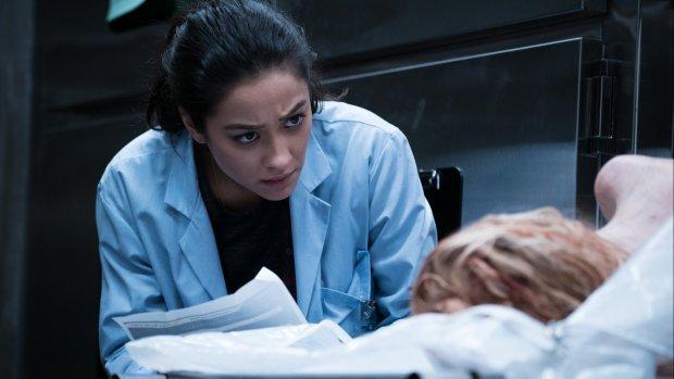 Shay Mitchell zorgt voor kippenvel in nieuwe horrorfilm