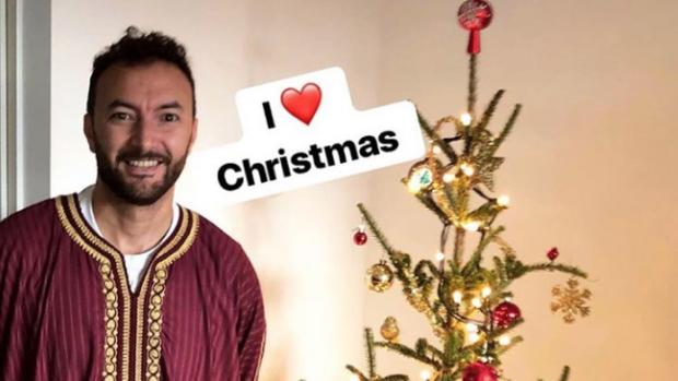 Acteur Nasrdin Dchar bedolven onder kritiek na foto bij kerstboom