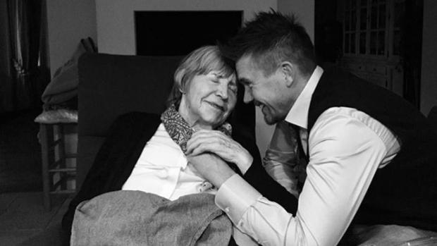 Johnny de Mol herdenkt overleden oma op prachtige manier