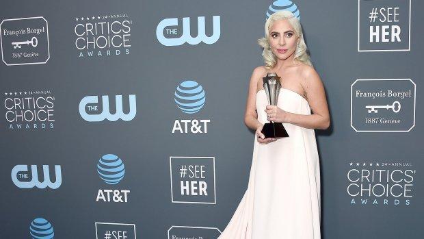Lady Gaga neemt award in ontvangst voor filmdebuut