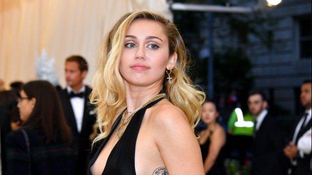 Miley Cyrus brengt ode aan Chris Cornell