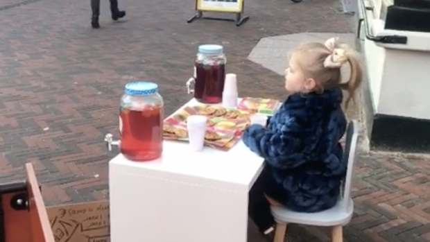 Dochtertje Marly van der Velden verkoopt koekjes op straat