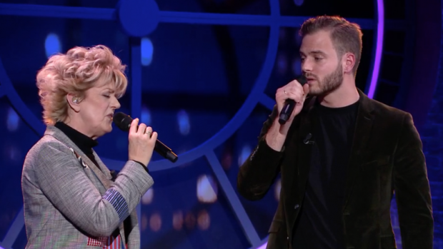 Ontroerend: Simone Kleinsma en Jim Bakkum zingen duet