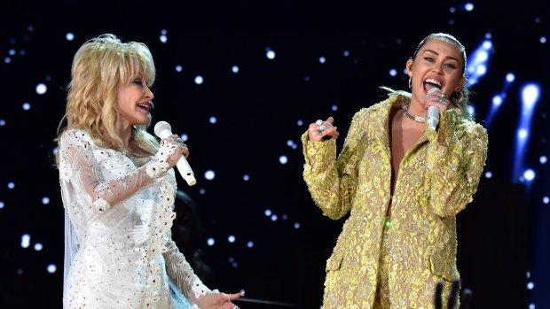 Dolly Parton en Miley Cyrus samen op het podium tijdens Grammy's
