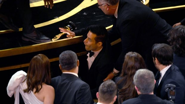 Oeps! Rami Malek struikelt van podium na Oscar-winst