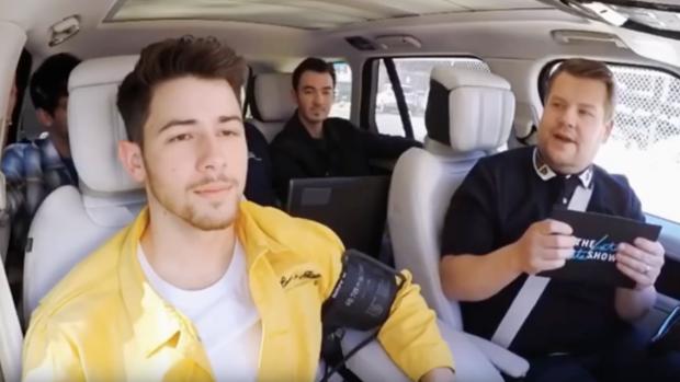 Nick Jonas klapt uit de school tijdens Carpool Karaoke