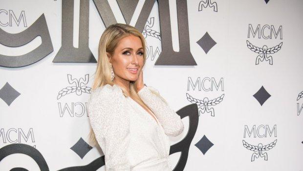 Paris Hilton zet bloemetjes buiten met Kim Kardashian