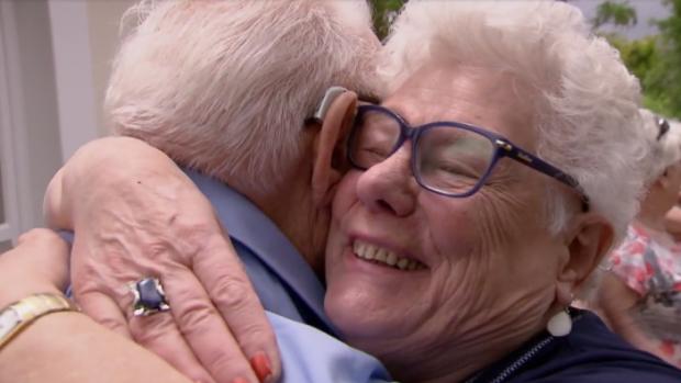 Emotioneel weerzien tussen 94-jarige Koos en zijn familie