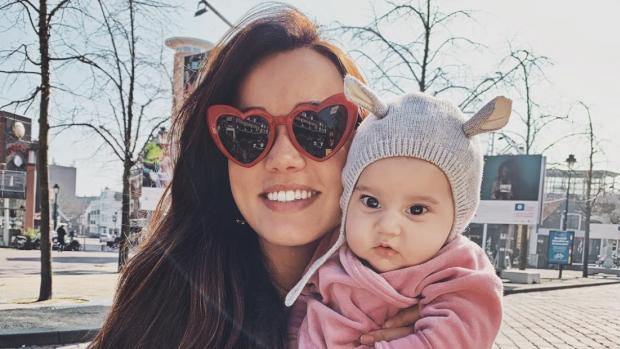 Bibi Breijman deelt baby Teddy's eerste zonnestralen op Instagram