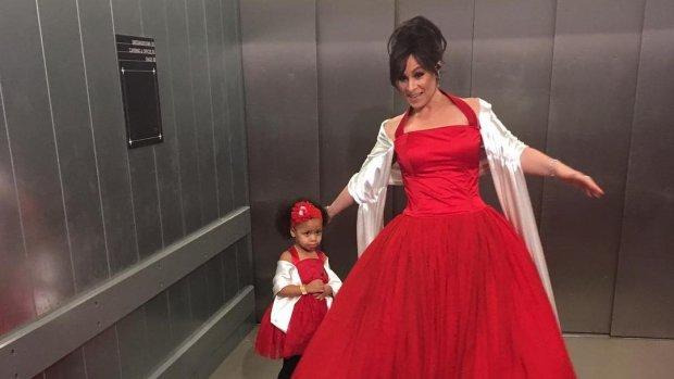 Trijntje Oosterhuis en dochter in iconische jurk