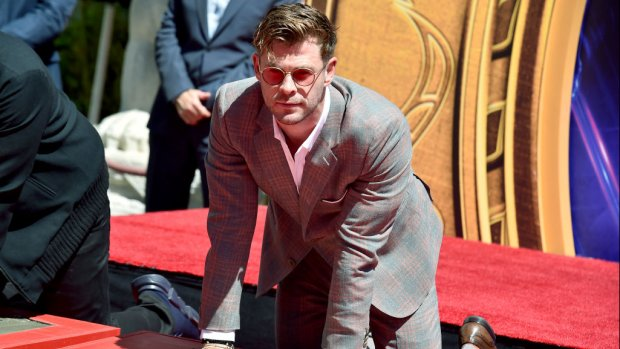 Chris Hemsworth schrijft eigen naam verkeerd bij ceremonie