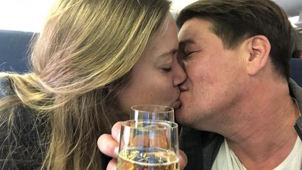 Martijn Krabbé en verloofde in de wolken