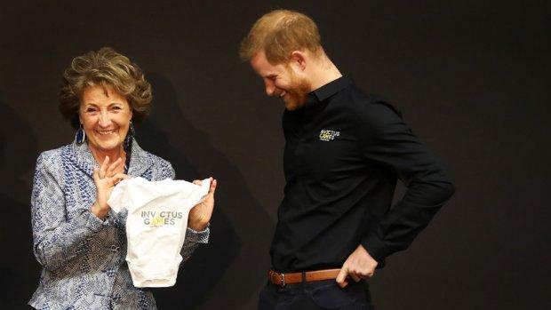 Prins Harry ontvangt rompertje van Prinses Margriet